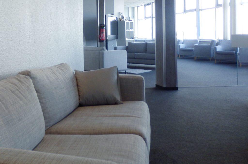 Open Lounge mit viel Tageslicht